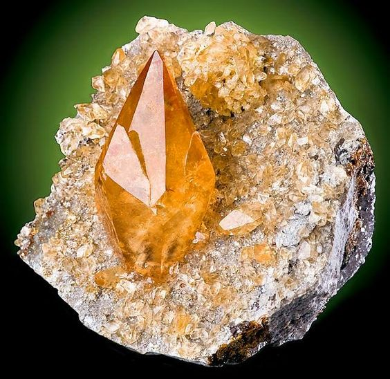 đá calcit vàng