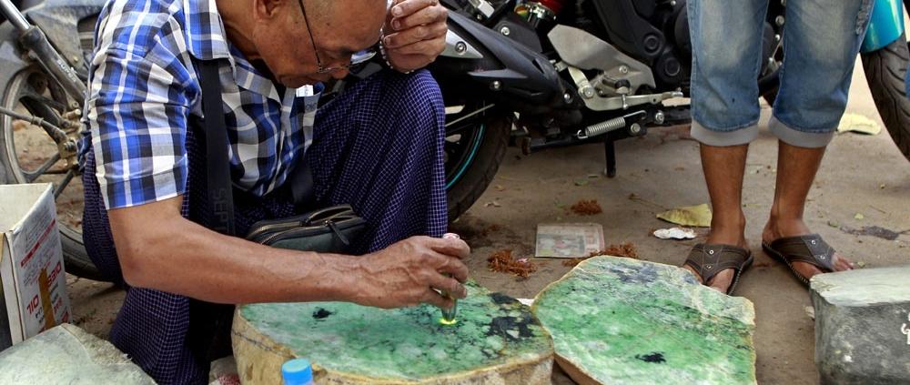 kiểm tra cẩm thạch giả thật ở Myanmar